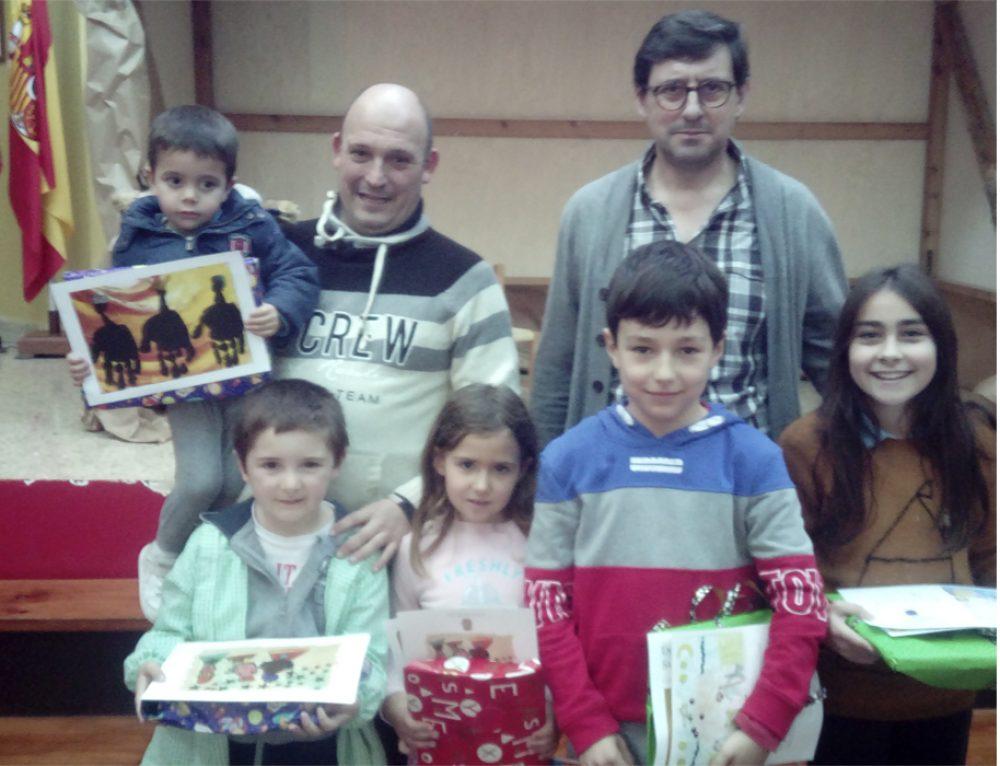 El Ayuntamiento de Santillana entrega sus galardones a los alumnos ganadores del XIV Concurso de Postales Navideñas.