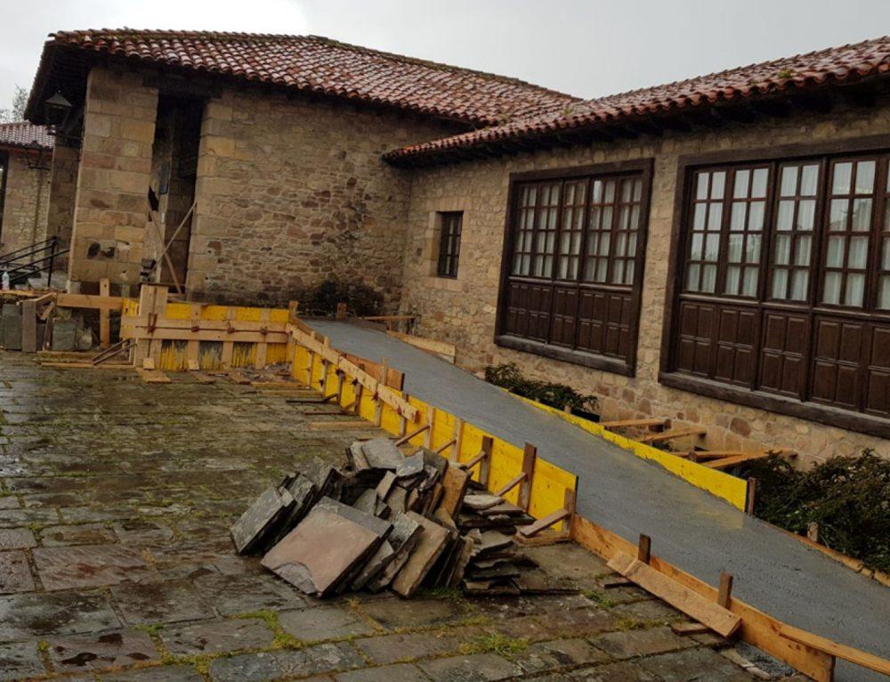 En marcha las obras de mejora de los accesos para minusválidos al consultorio médico de Santillana del Mar