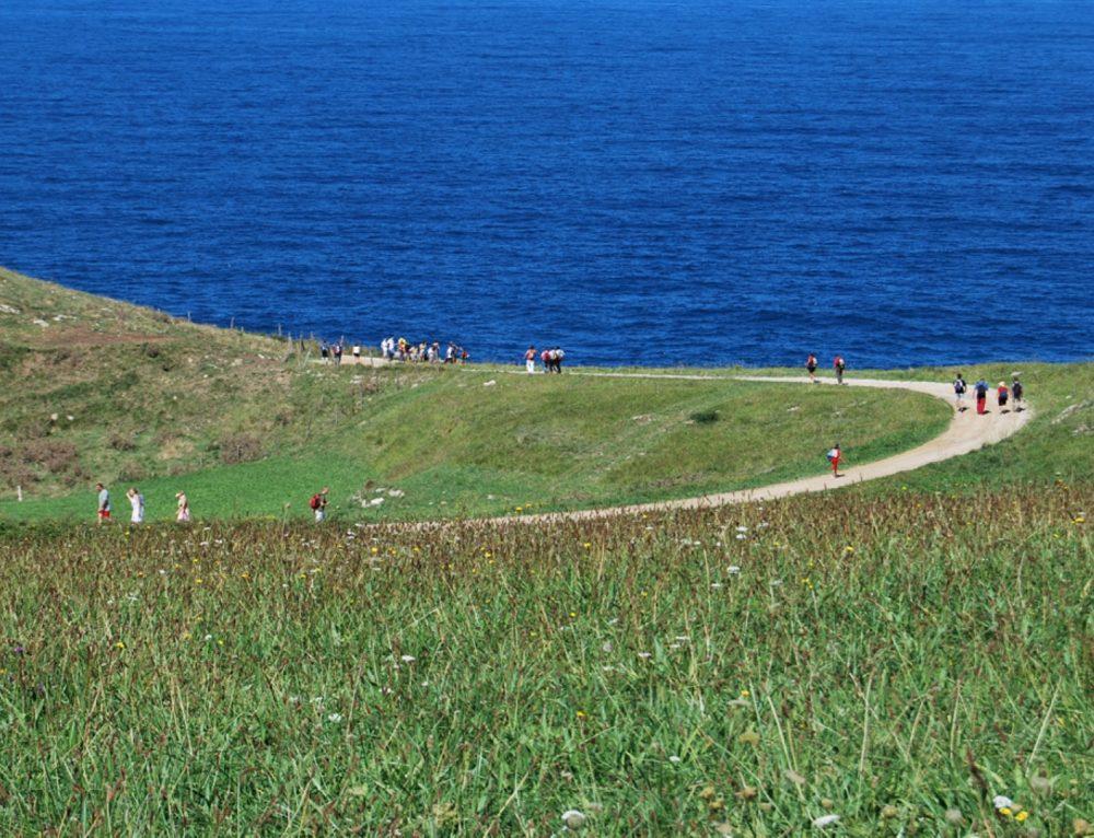 La concejalía de medio ambiente de Santillana del Mar pone en marcha las rutas guiadas de senderismo por el municipio.