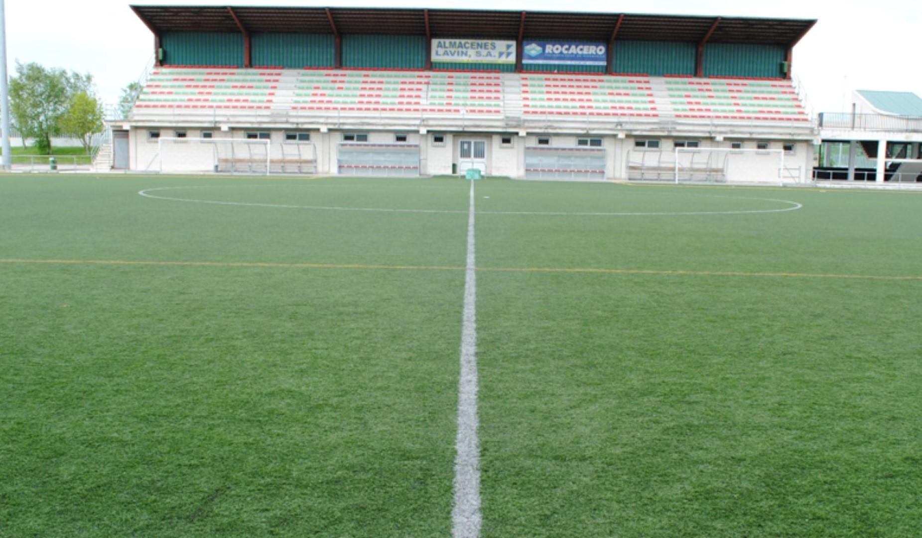 """El ayuntamiento de Santillana del Mar comienza la instalación del nuevo césped artificial del campo de fútbol """"Carlos Alonso`Santillana´"""""""