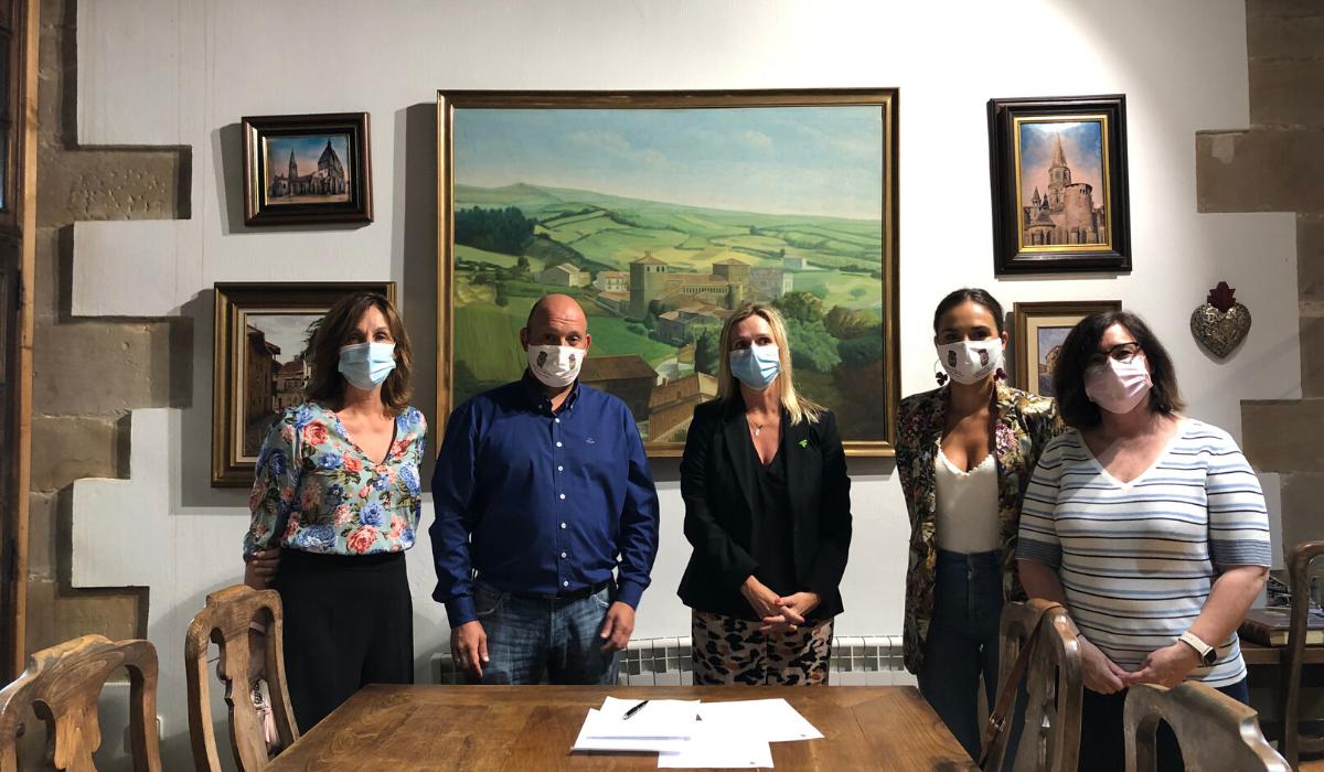 El Ayuntamiento de Santillana del Mar firma un convenio con colegio de Farmacéuticos de Cantabria