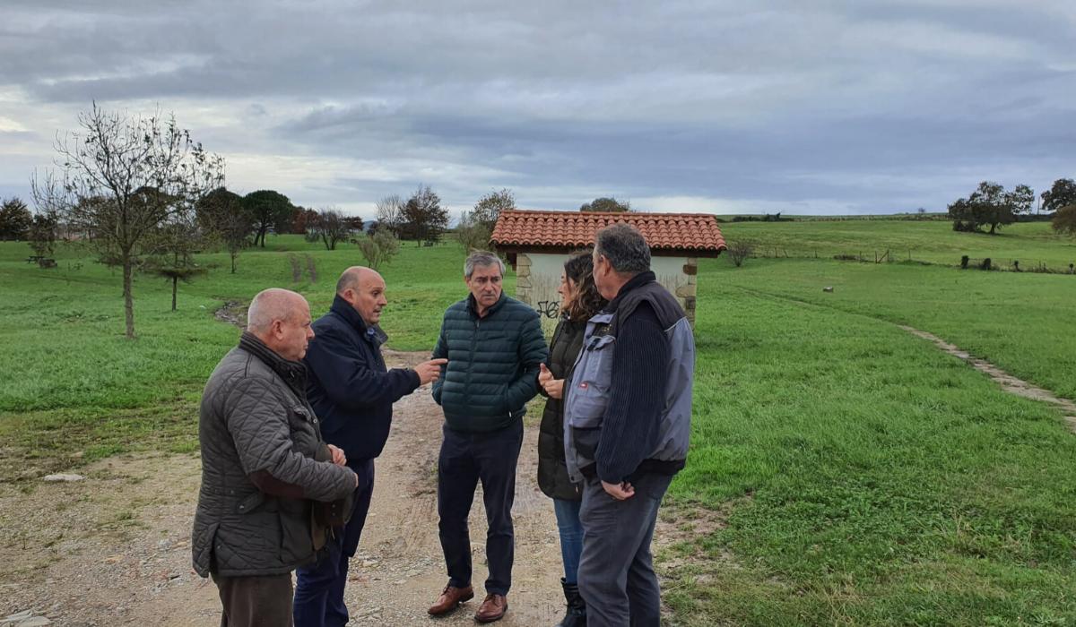 Los alcaldes de Santillana del Mar y Suances se comprometen al arreglo y mantenimiento del parque de la alianza perteneciente a ambos municipios